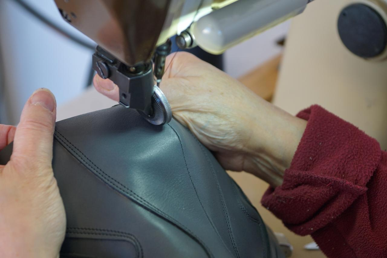 107f2d46212cc3 Nos chaussures thérapeutiques sur-mesure sont réalisées par nos soins dans  nos locaux à Vannes. Elles sont conçues par un professionnel de santé sur  ...